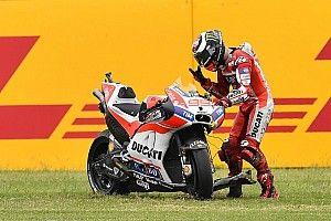 Lorenzo butta a terra la Ducati: quella rabbia ora serve in sella