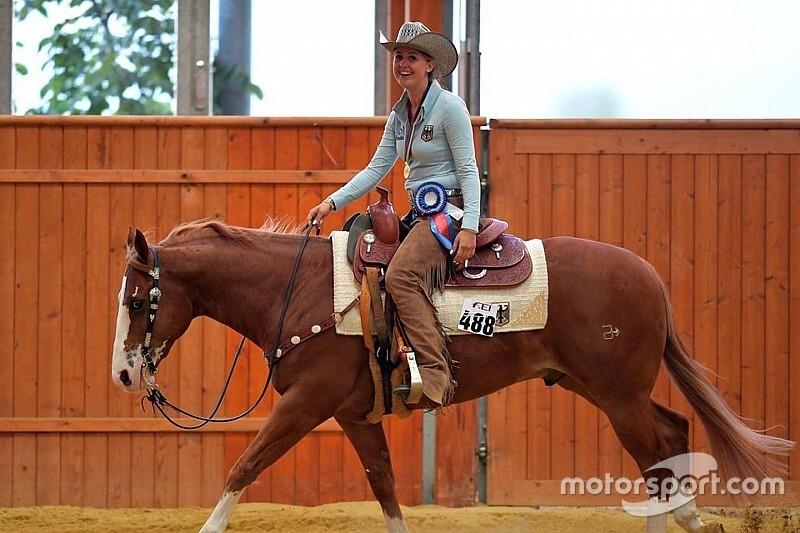 Шлем и лошадь с антикрылом: дочь Шумахера выбрала необычный костюм для скачек