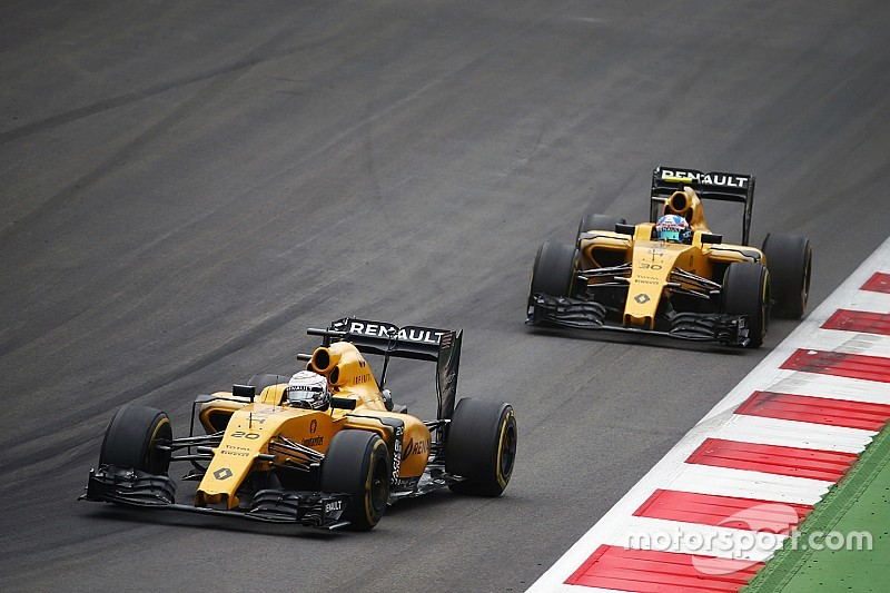 """Renault not """"writing off"""" Magnussen, Palmer for 2017"""