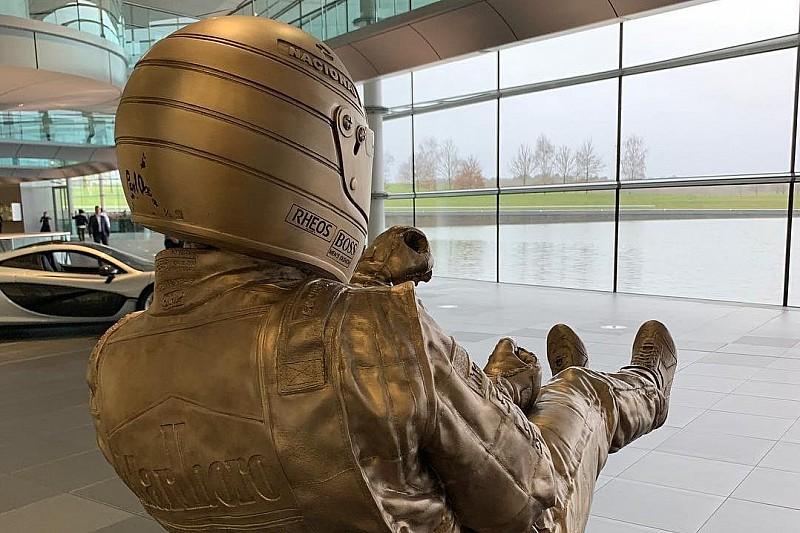 McLaren homenajea a Senna con una escultura de bronce en Woking