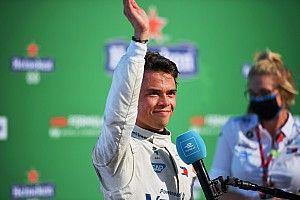 """Russell cree que el """"fantástico"""" De Vries merece una chance en F1"""