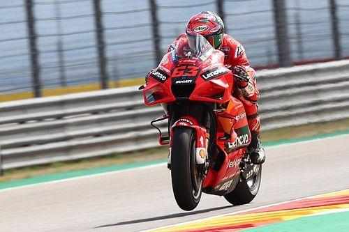 Bagnaia slaat aanvallen Marquez af voor eerste zege in MotoGP
