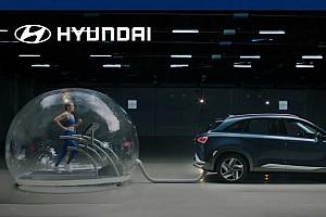 Kipufogóra kötött buborékban futó úszónővel promózza üzemanyagcellás autóját a Hyundai