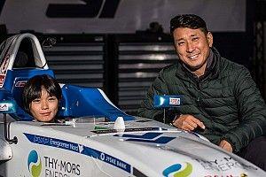 Wie is de 13-jarige Japanse die jaagt op de Verstappen-records?