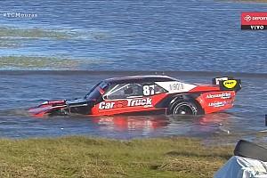 Вылет в болото и снос судейского поста: лучшие гоночные видео уик-энда
