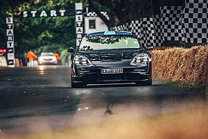 Mark Webber au volant de la Porsche Taycan à Goodwood