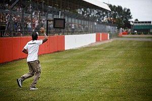 Ekkora sztár Hamilton Silverstone-ban: videó