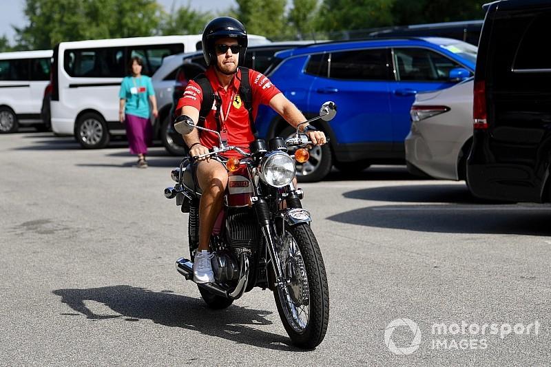 Бассейн, мотоциклы чемпионов и извинения от Mercedes. Будни паддока с Олегом Карповым