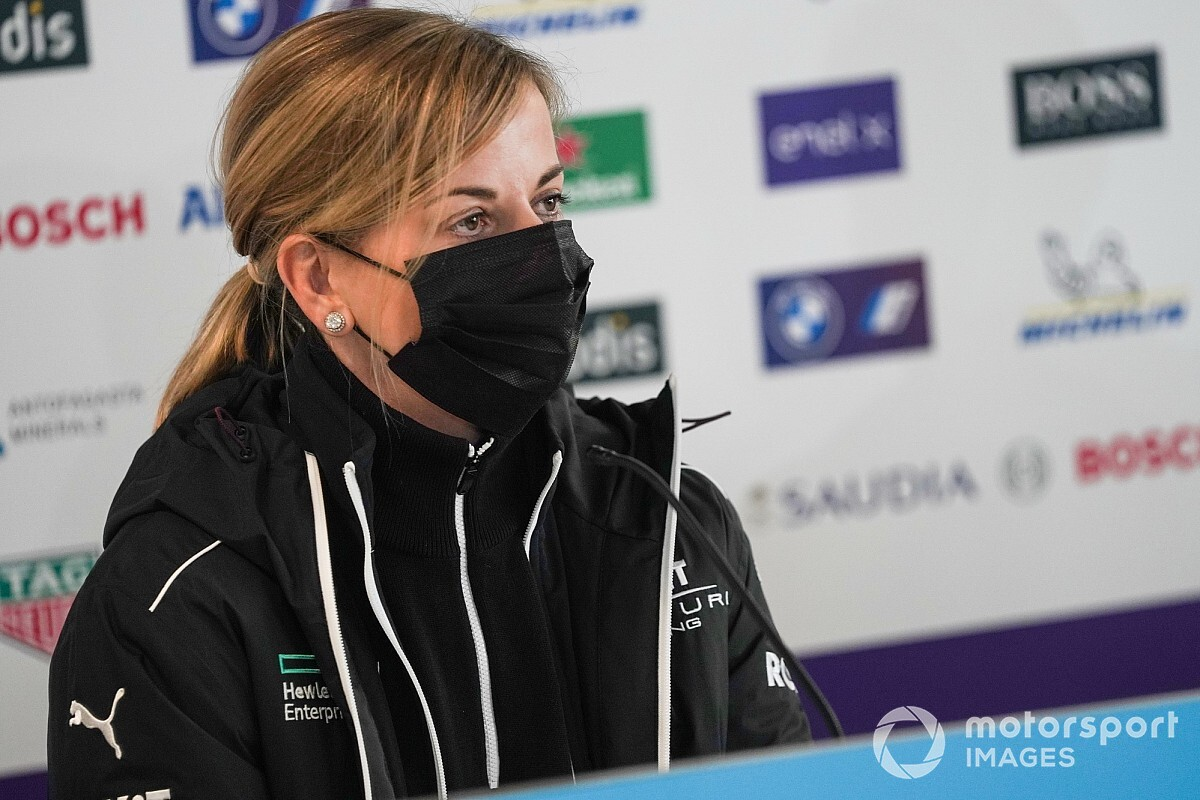 "Susie Wolff got ""weird texts"" about controversial Valencia race"