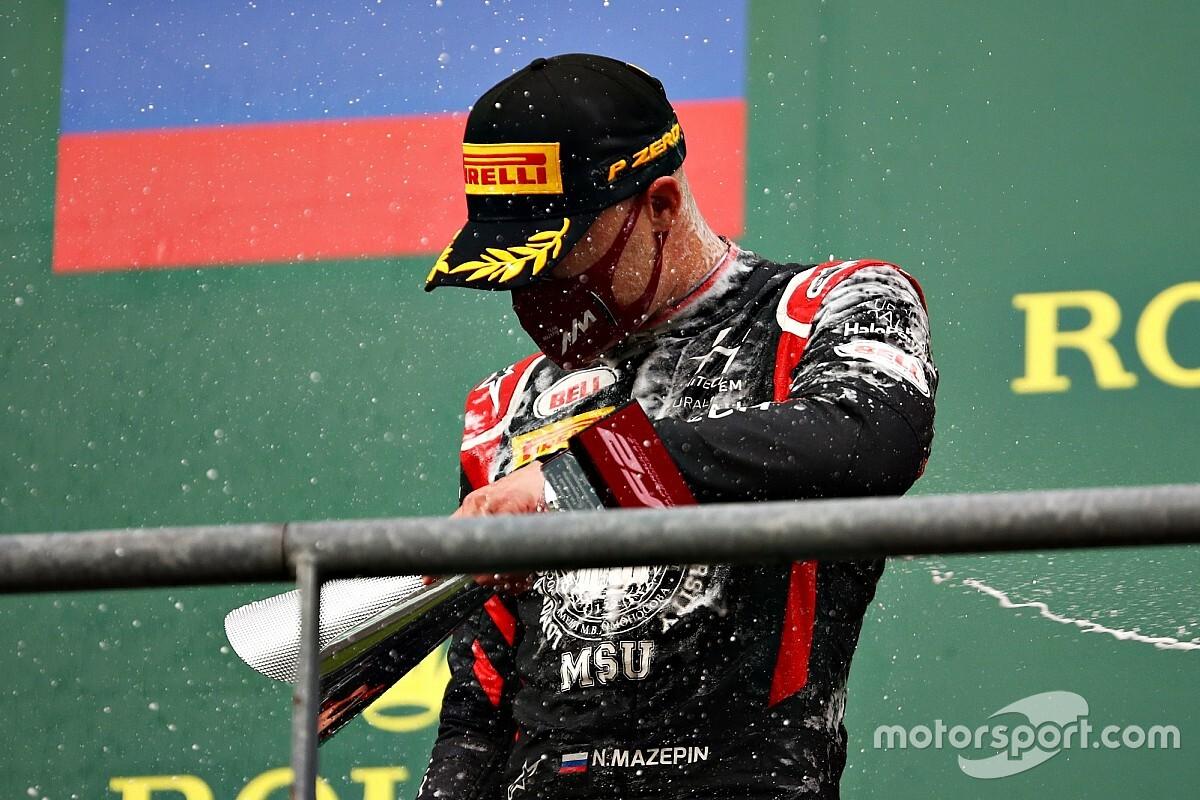 Судьи обвинили российского пилота Формулы 2 в неспортивном поведении. Он повалил пластиковый столбик
