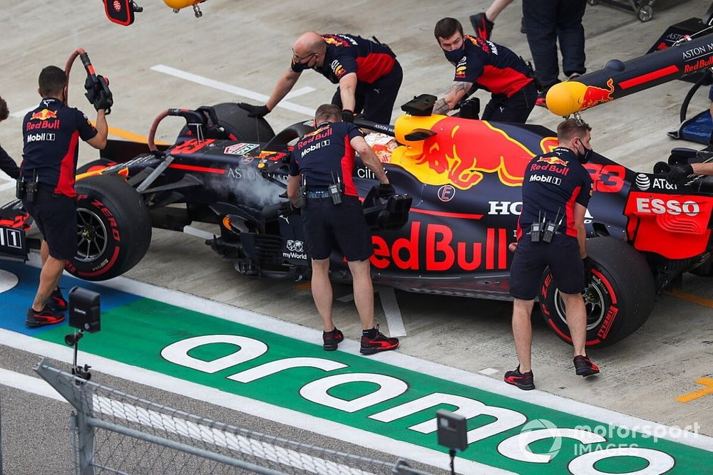 Red Bull хитро продырявила переднее крыло болида
