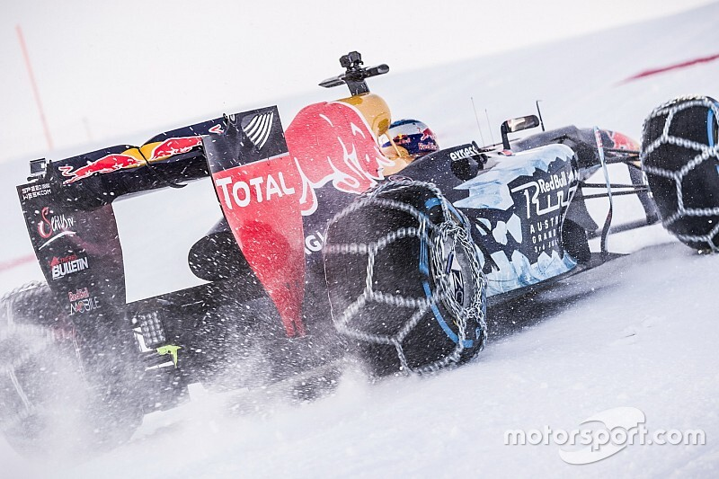 Retro: Max Verstappen verzorgt F1-demo in de Oostenrijkse sneeuw