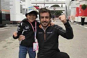 Alonso cumple el sueño de uno de sus fans más pequeños