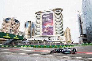 Alexander Albon si impone nella folle Feature Race di Baku