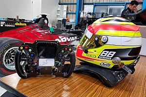 Super Formula Top List GALERI: Seat fitting mobil Super Formula Rio Haryanto