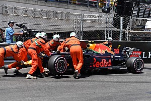 Crash Verstappen, Ricciardo nipt sneller in derde training