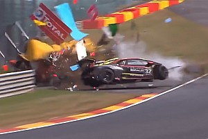Video: Un violento accidente en Spa deja cuatro oficiales de pista y un piloto heridos