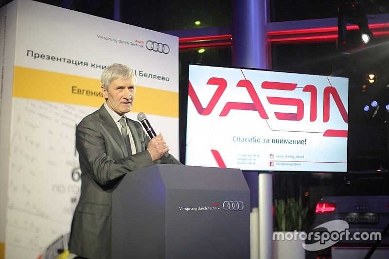 Васин представил книгу для водителей и гонщиков