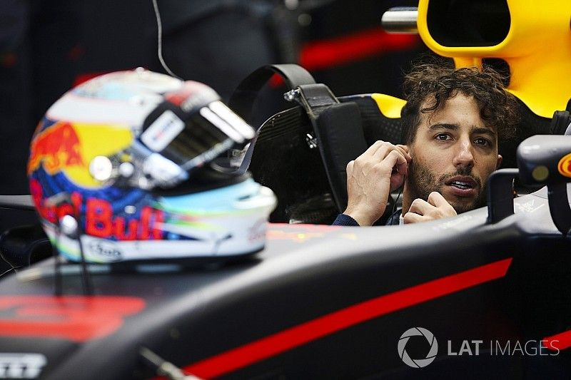 """Ricciardo holds """"a few cards"""" in Red Bull contract talks"""