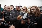 Formel 1 Weltmeister-Ehren: Mercedes-Team empfängt Lewis Hamilton
