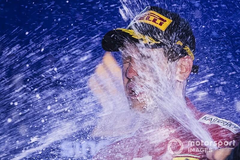 Képekben Vettel 53. F1-es győzelme: éjszakai örömtánc