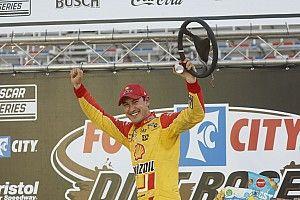 Logano z pole position