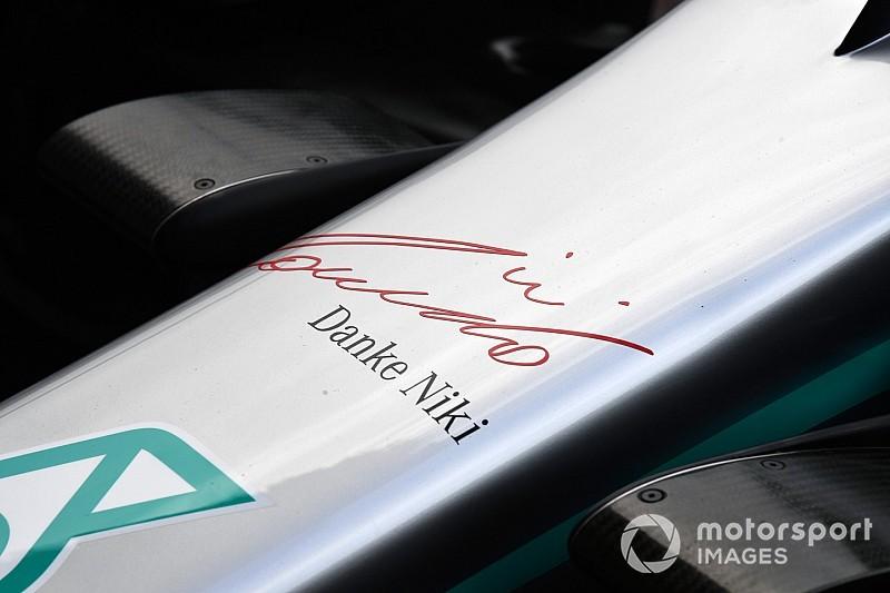 """Mercedes ricorda Lauda con la scritta """"Danke Niki"""" sul muso e una stella rossa"""