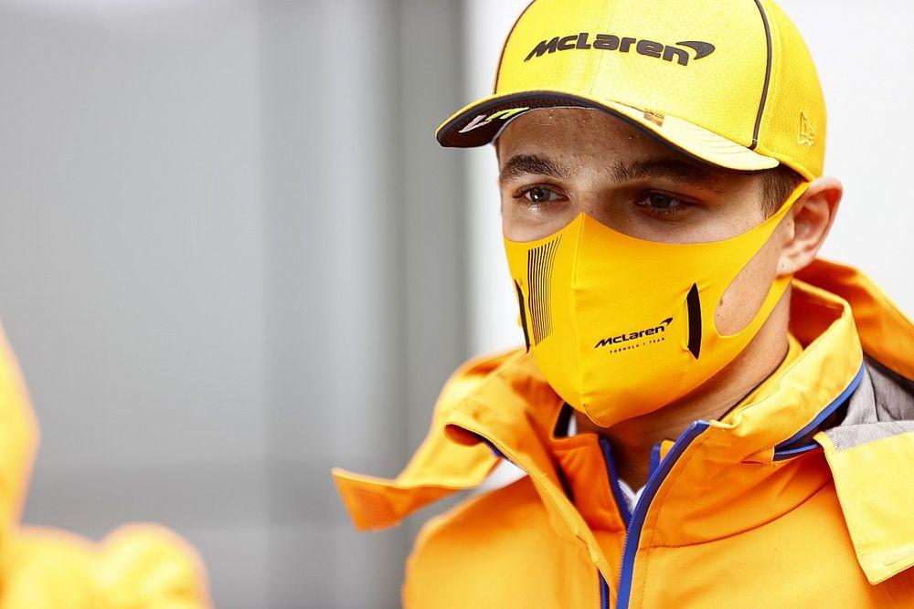 """F1: Norris celebra primeira pole após arriscar em classificação """"complicada"""": """"Extremamente feliz"""""""