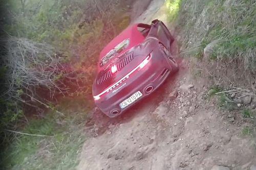 Valaki olyan helyre vitt egy Porsche 911-et, amit utóbbi nem nagyon díjazott