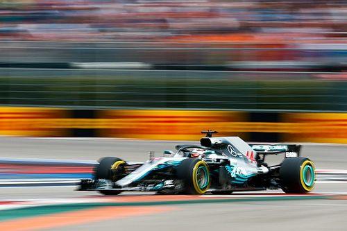 """Hamilton wint en loopt uit: """"Maar het is een moeilijke dag"""""""