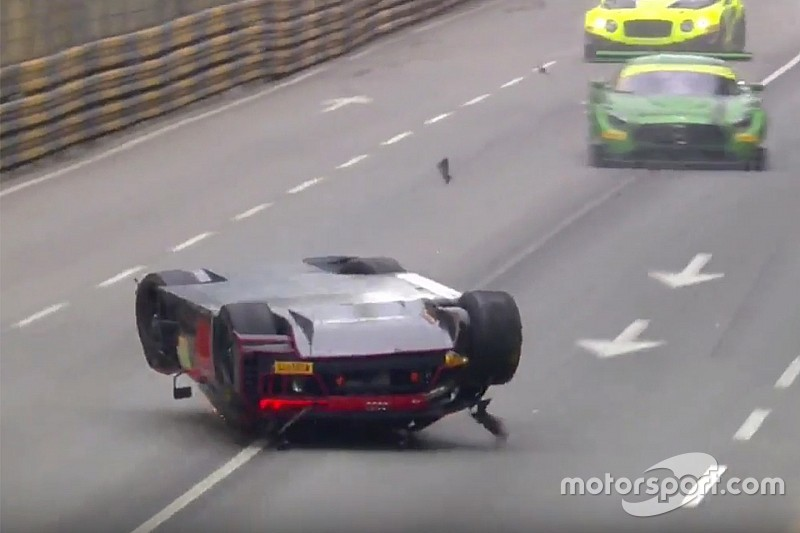 Победитель гонки GT в Макао финишировал на крыше