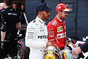 Fãs encontram Hamilton e Vettel em aeroporto e inglês autografa boné da Ferrari