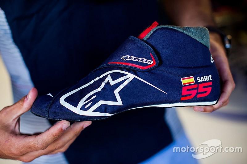 913a6e528a5 Carlos Sainz is de eerste Formule 1-coureur die ultra-lichtgewichte  raceschoenen aantrekt. De Spanjaard verschijnt met schoeisel van slechts 80  gram aan de ...