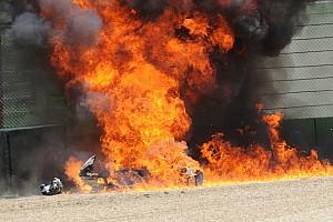 WSBK Самое интересное Фото: горящий мотоцикл Aprilia в гонке WSBK