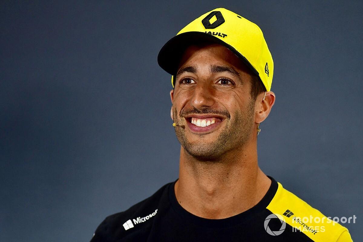 VÍDEO: Ricciardo dá soco em partes íntimas de Sainz ao vivo durante entrevista para TV