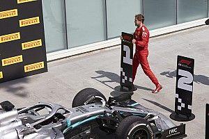 VIDEO: el momento en que Vettel cambia los letreros en parc ferme