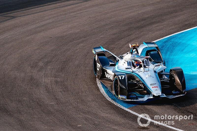 Mercedes twardo stąpa po ziemi