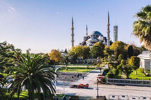 Foto's: Albon en Gasly scheuren door hartje Istanbul