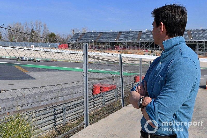 Hamilton cree que Ferrari les sacan medio segundo de ventaja