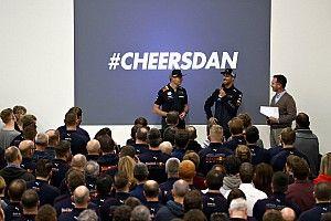 Fotogallery F1: Ricciardo dà l'addio alla Red Bull salutando il team a Milton Keynes