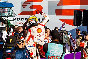 Маклафлин стал чемпионом Supercars после испортившего интригу штрафа ван Гисбергену