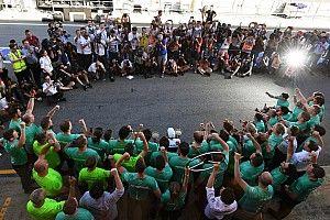 La historia detrás de la foto: la iluminada celebración de la victoria de Hamilton