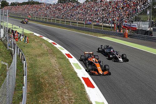 """Alonso over lichte straf Palmer: """"FIA zat aan de Heineken"""""""