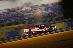 Le Mans, 15° ora: Alonso e Nakajima danno spettacolo nella notte e annullano la penalizzazione