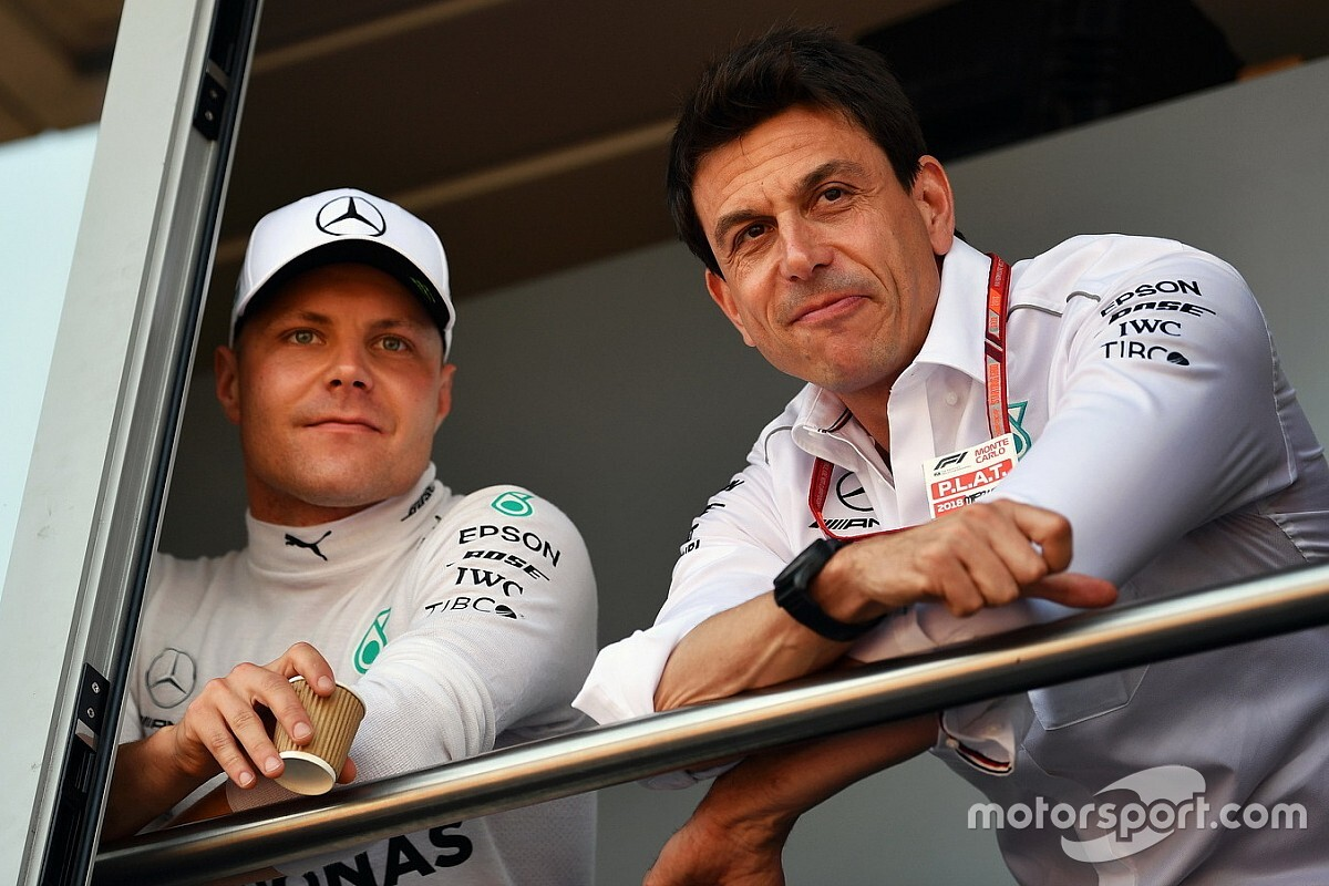 "Bottas pole makes team orders ""difficult"" - Mercedes"