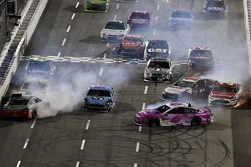 Гонка NASCAR в Мартинсвилле закончилась завалом на финише и скандалом