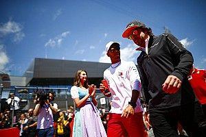 Em entrevista com brasileiros, Alonso responde se é melhor que Hamilton