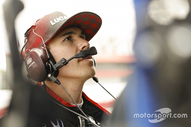 Wickens camina y lo muestra en un video