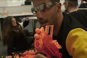 VIDEO: Ricciardo e Hulk 'guerreiam' com armas de brinquedo em fábrica da Renault
