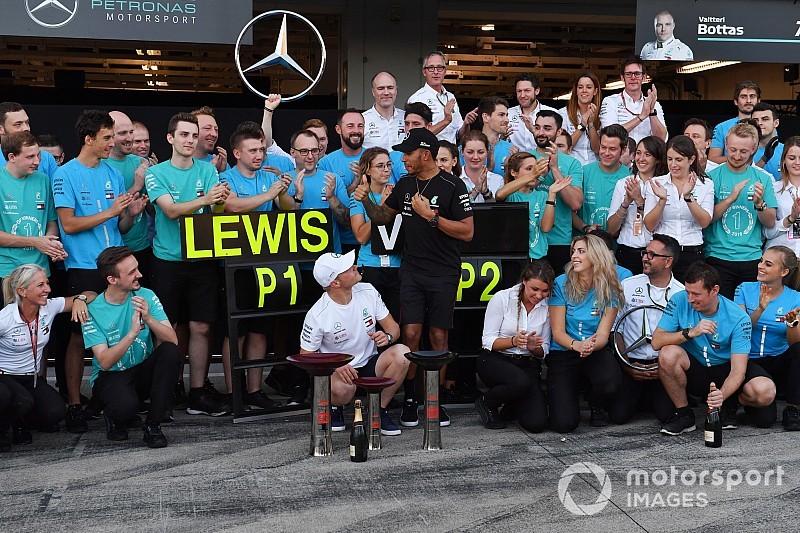 Így ünnepeltette magát Hamilton a Mercedes garázsa előtt Japánban